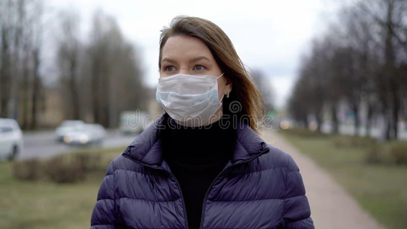 Kvinnor i ansiktsskydd i en stad Epidemiskt pandemiskt kovid 19 coronavirus arkivbilder