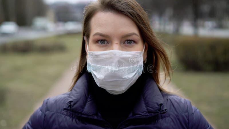Kvinnor i ansiktsskydd i en stad Epidemiskt pandemiskt kovid 19 coronavirus royaltyfria bilder