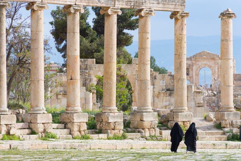 Kvinnor i den ovala plazaen Jerash royaltyfri foto