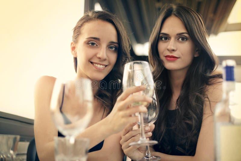 Kvinnor i en restaurang arkivbild