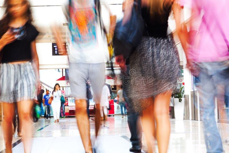 Kvinnor i en shoppinggalleria royaltyfri foto