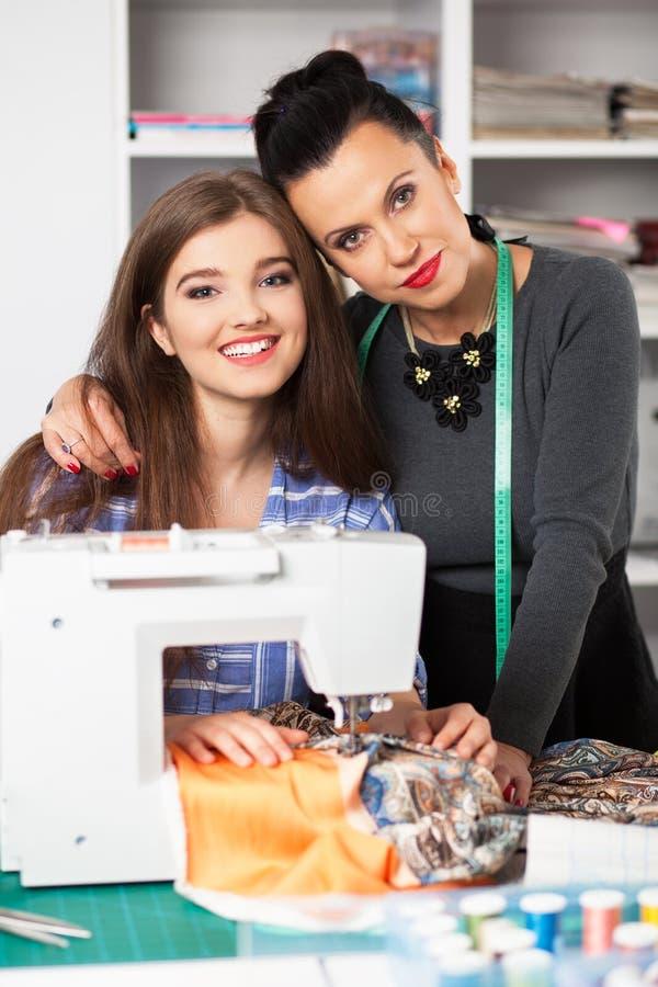Kvinnor i en systuga royaltyfri foto