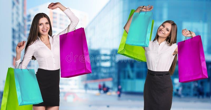 Kvinnor i formella kläder med färgrika packar royaltyfria foton