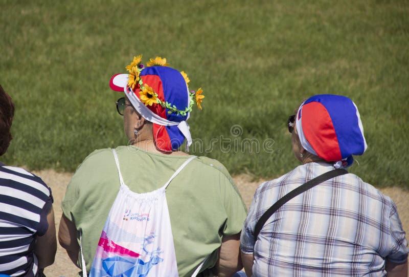 kvinnor i hattar med ryska symboler arkivfoto