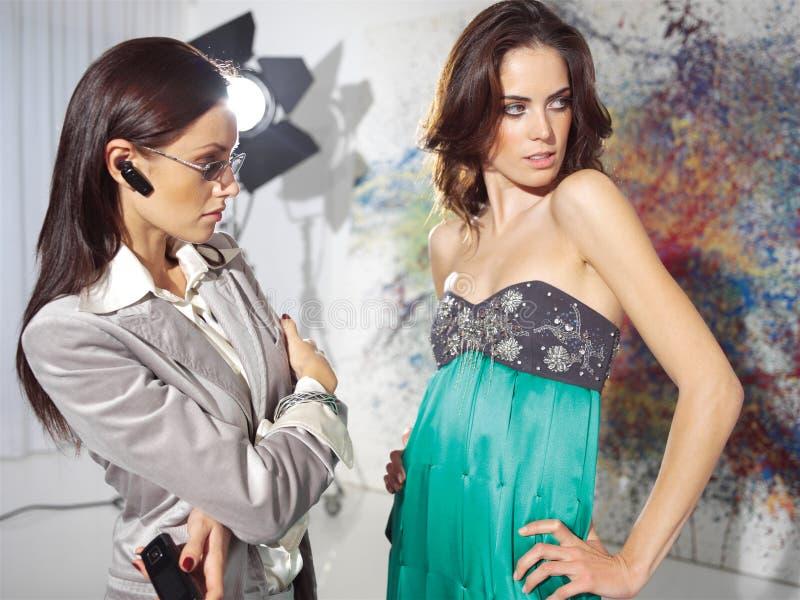Kvinnor i haute couture arkivfoto