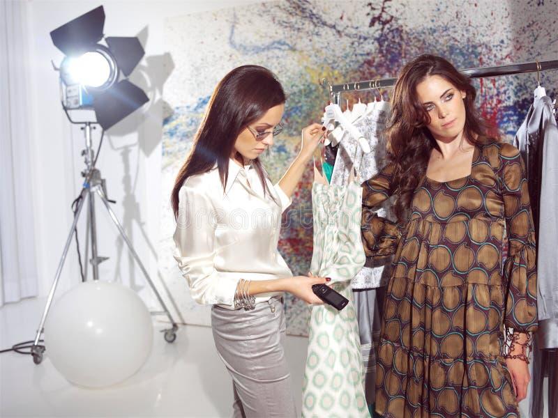 Kvinnor i haute couture sam royaltyfria foton