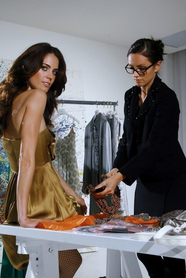 Kvinnor i haute coutureklk arkivbilder