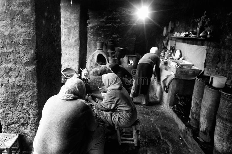 Kvinnor i kök i Asni royaltyfri foto