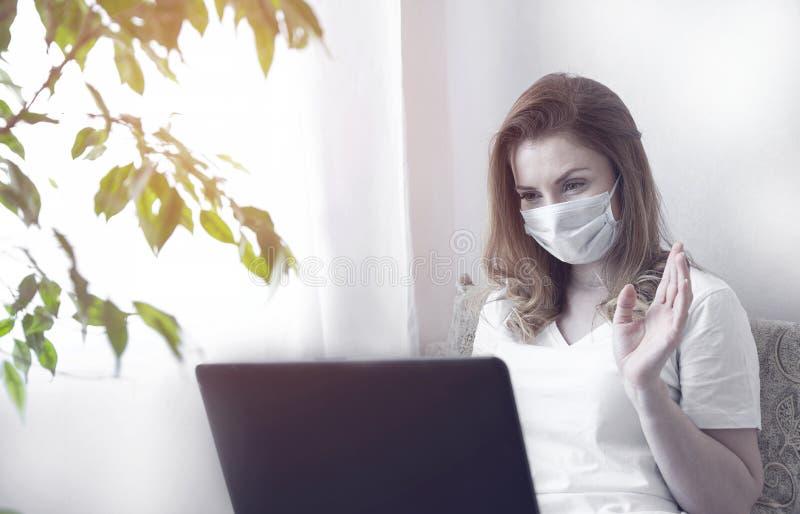 Kvinnor i karantän för Coronavirus med skyddsmask och smart användning royaltyfri bild