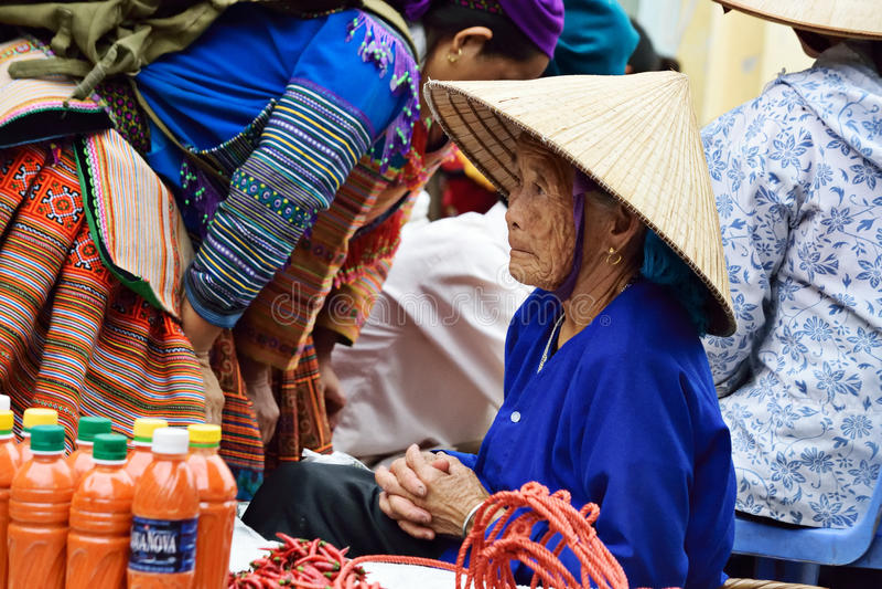 Kvinnor i marknad av Vietnam royaltyfria foton