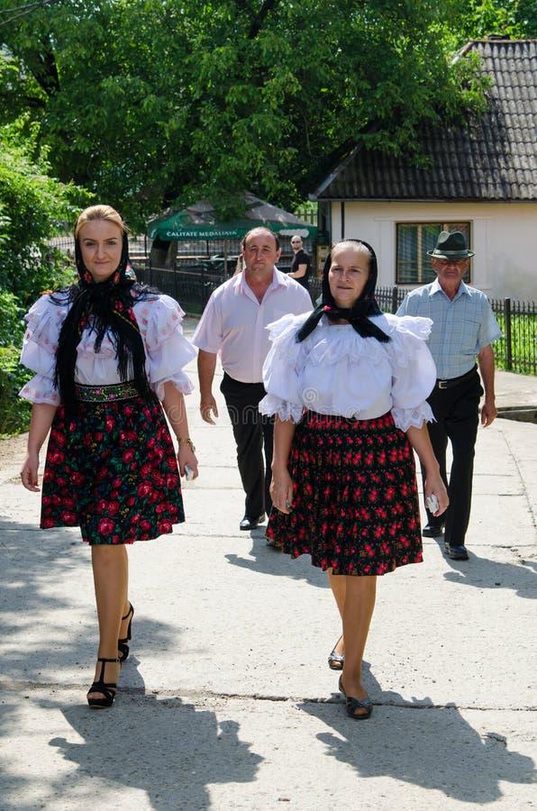 Kvinnor i nationell port, Rumänien royaltyfria bilder