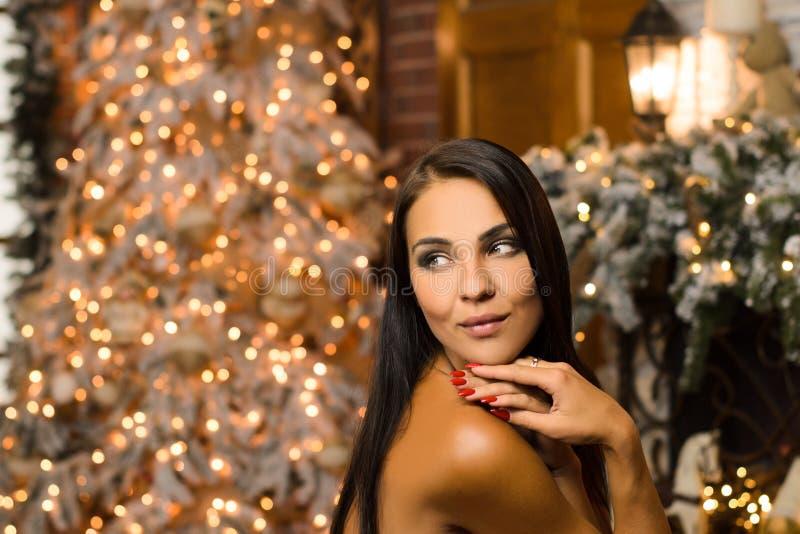 Kvinnor i nyårens inre i väntan på julhelger arkivfoton