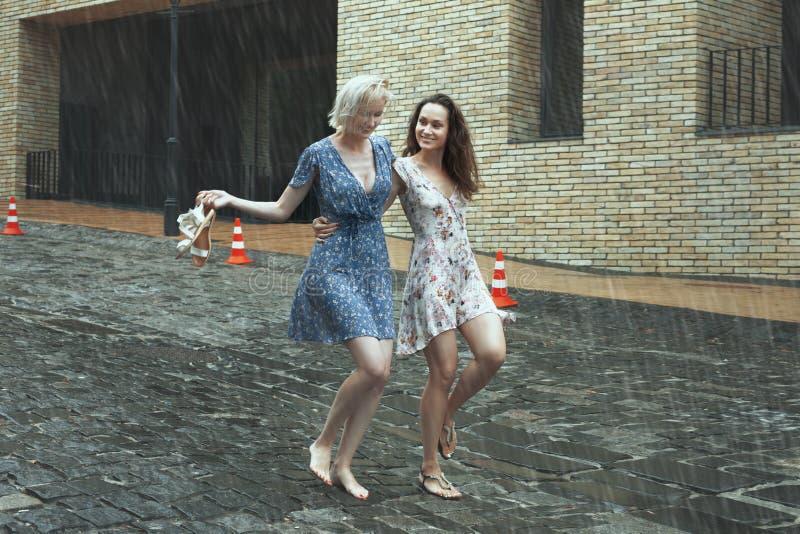 Kvinnor i regnet i staden royaltyfria foton