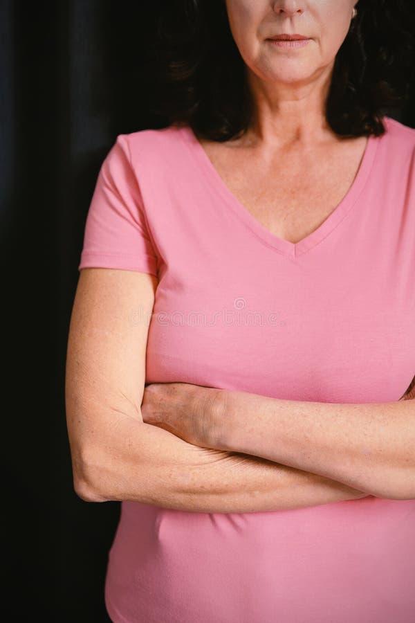 kvinnor i rosa färger för bröstcancer korsar deras armar royaltyfri fotografi