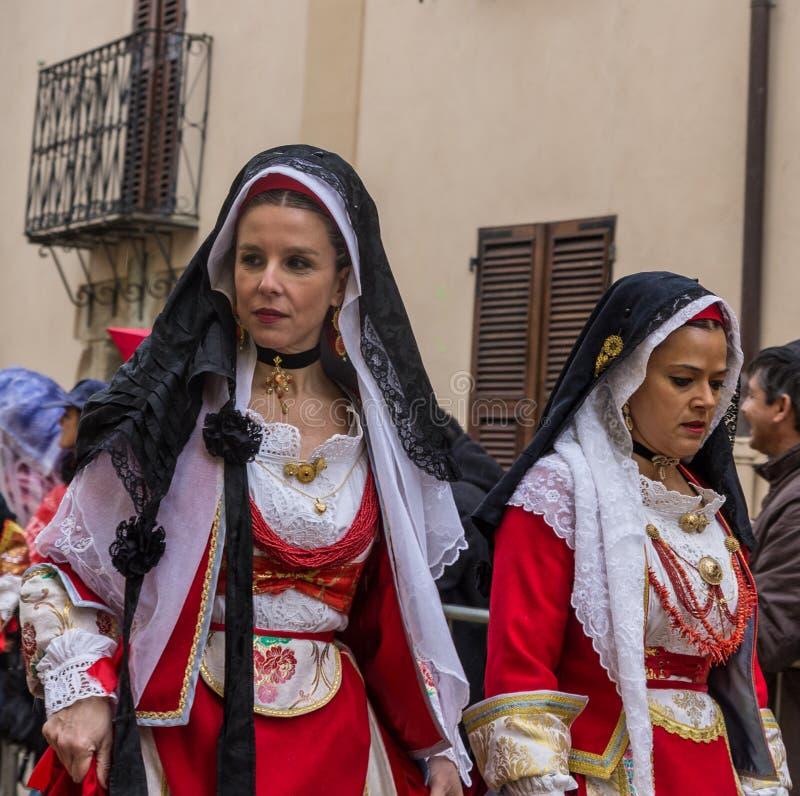 Kvinnor i Sardinian dräkt rider i Oristano under festivalen royaltyfri bild