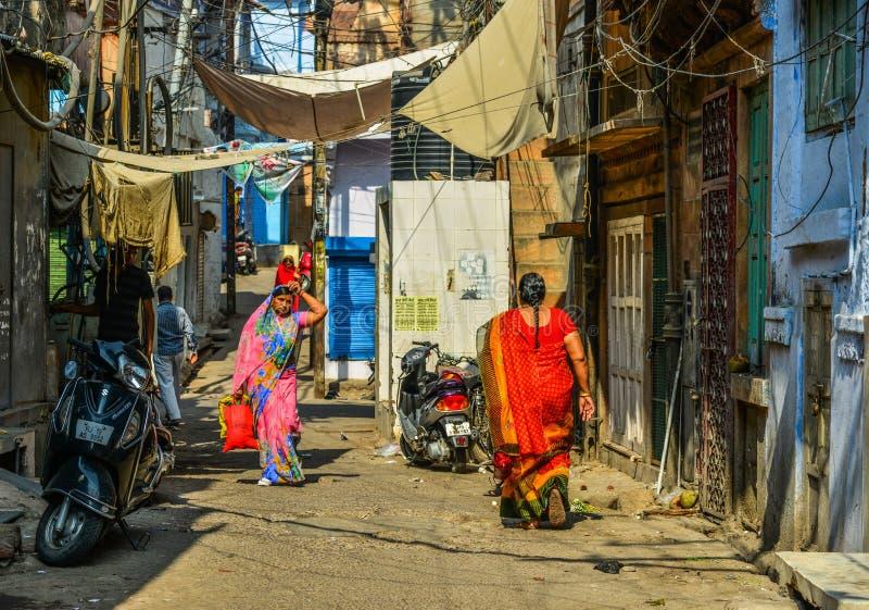 Kvinnor i saree som går på gatan royaltyfria bilder