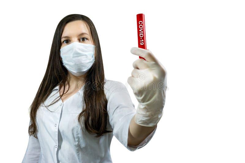 Kvinnor i sjuksköterska som håller teströr med blod för Covid-19-test Corona Virus Disease 2019 royaltyfria foton