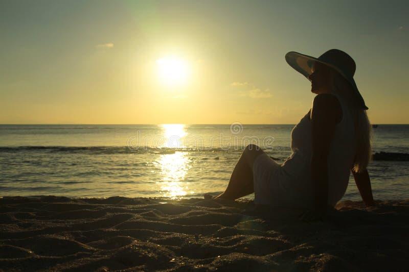 Kvinnor i solnedgång royaltyfri bild