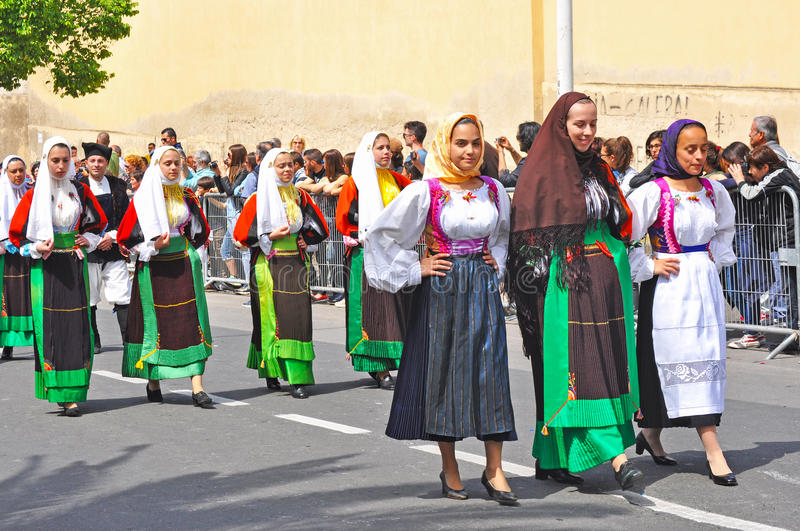 Kvinnor i Sorgono traditionella dräkter royaltyfri foto