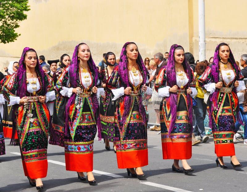 Kvinnor i traditionella dräkter arkivbild
