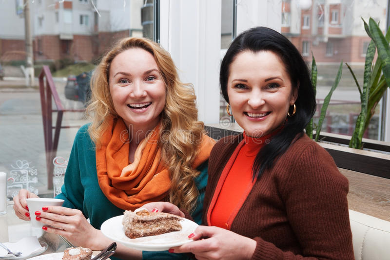 Kvinnor, kaffe och kaka royaltyfri foto