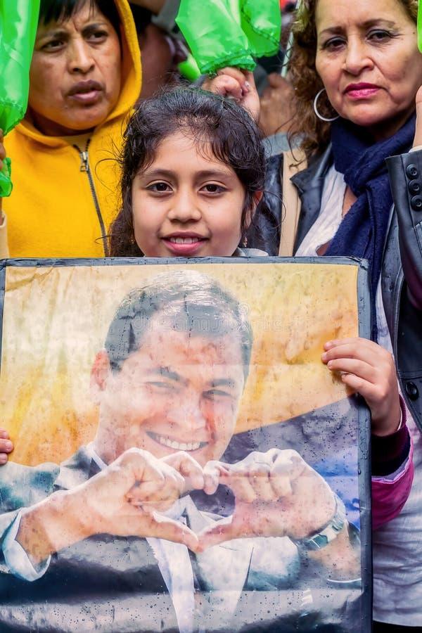 Kvinnor, män och barn som samlas i mitten av Banos arkivbilder