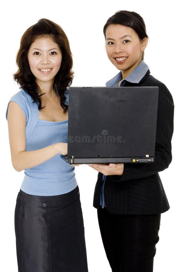 Kvinnor med bärbar dator arkivfoto