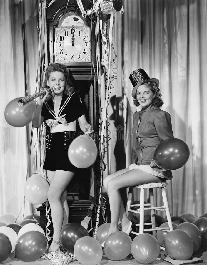 Kvinnor med ballonger på helgdagsafton för nya år (alla visade personer inte är längre uppehälle, och inget gods finns Leverantör arkivfoto