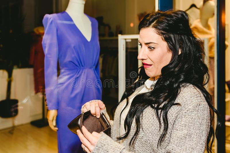 Kvinnor med besvikelse över att ha tomma plånböcker utan pengar royaltyfri fotografi