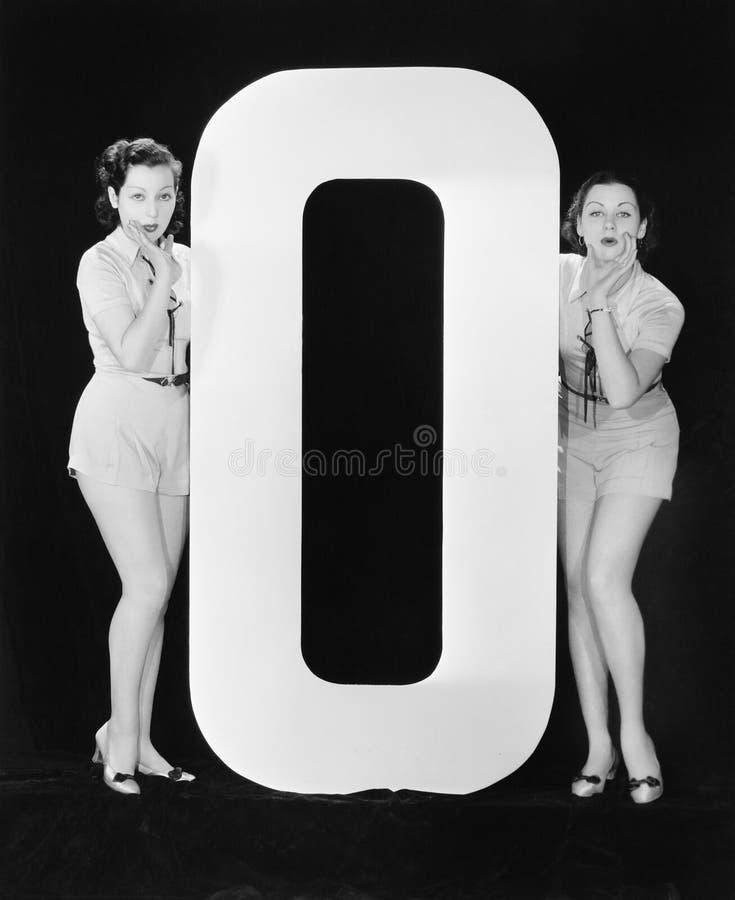 Kvinnor med enorm bokstavsnolla (alla visade personer inte är längre uppehälle, och inget gods finns Leverantörgarantier att det  royaltyfria bilder