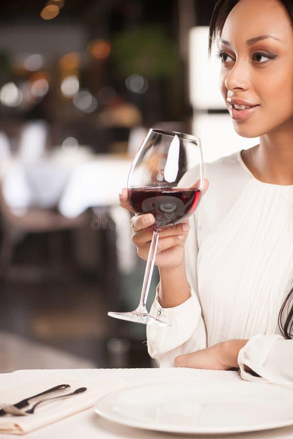 Kvinnor med exponeringsglas av vin. royaltyfri bild