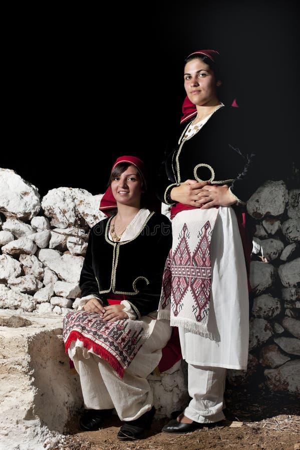Kvinnor med grekiska traditionella kläder arkivfoto
