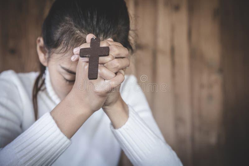 Kvinnor med handkors som ber om gudars välsignelse på morgonen, andlighet och religion arkivfoton
