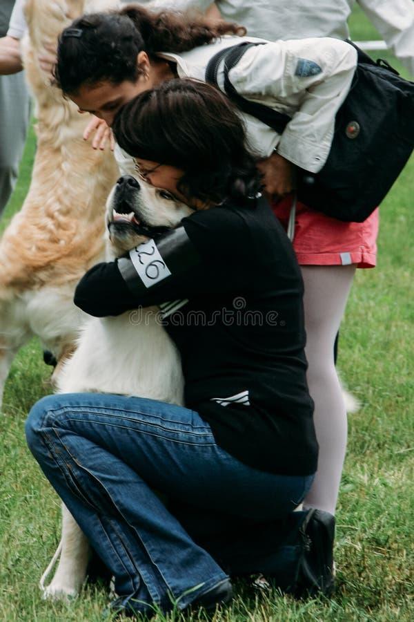 Kvinnor med hennes hund royaltyfri fotografi