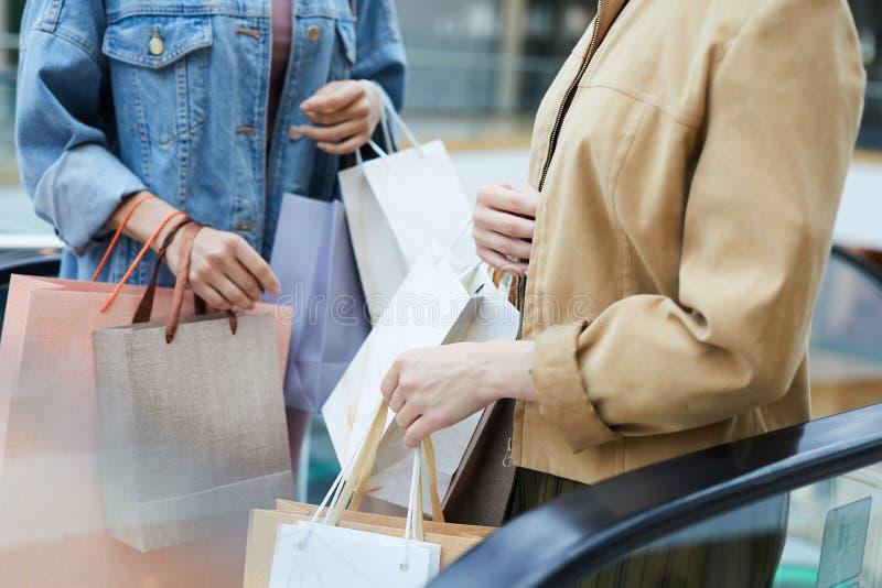 Kvinnor med många shoppa påsar royaltyfria foton