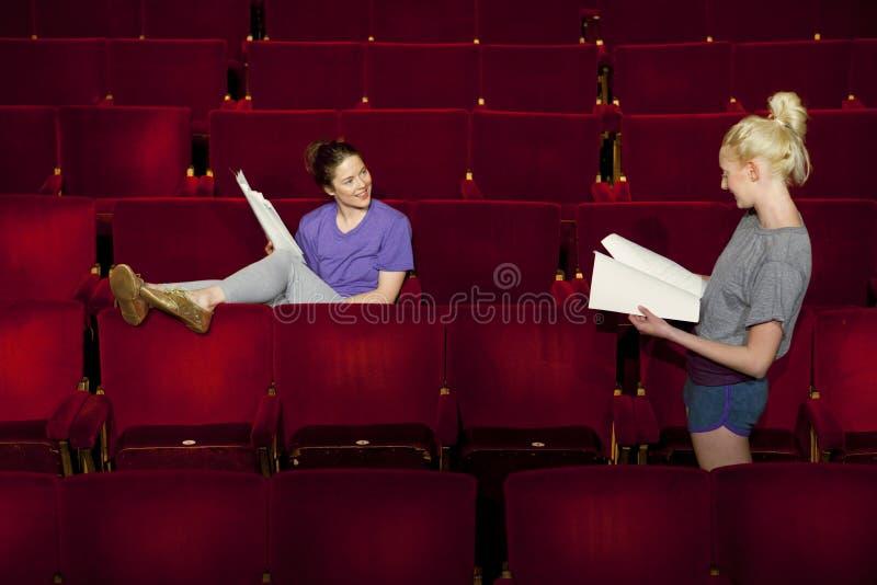 Kvinnor med skrifter på teaterstallen  arkivfoton