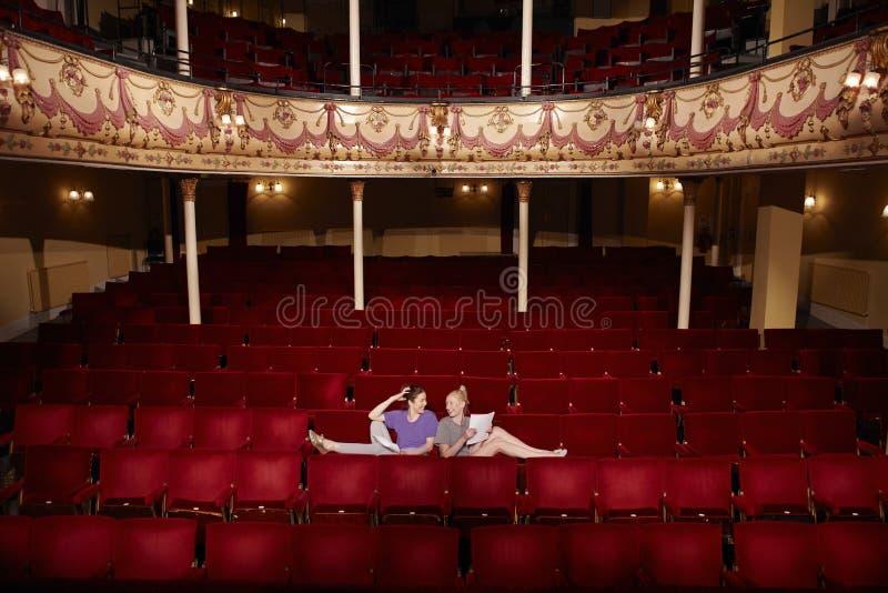 Kvinnor med skrifter på teaterstallen  royaltyfri foto