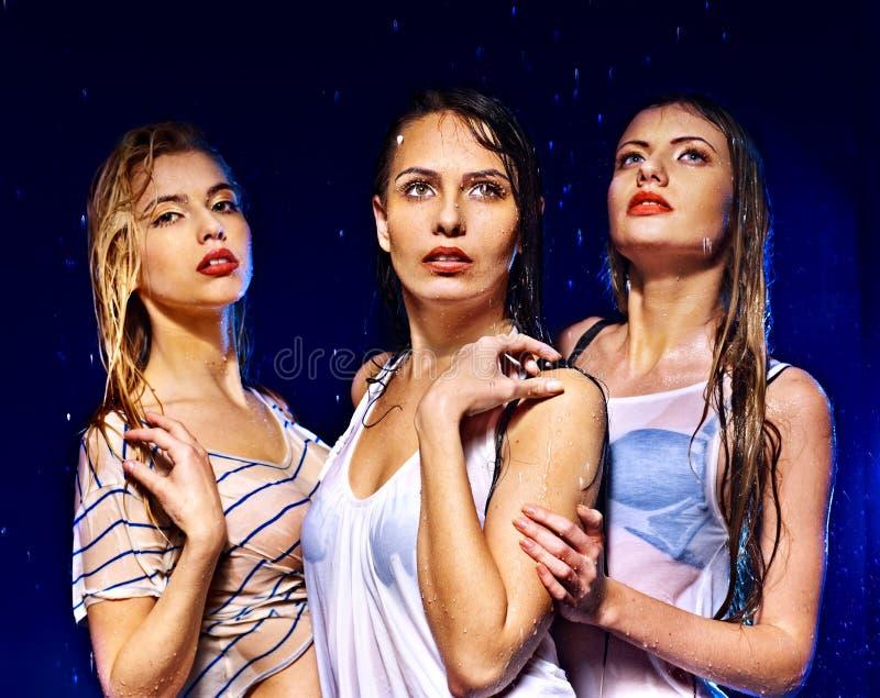 Kvinnor med vattendroppe. arkivbild