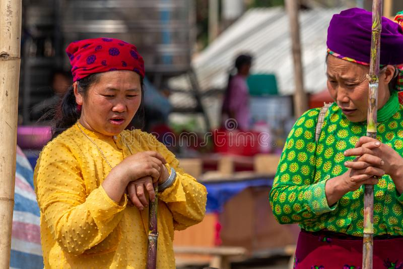 Kvinnor Mong för etnisk minoritet arkivfoto