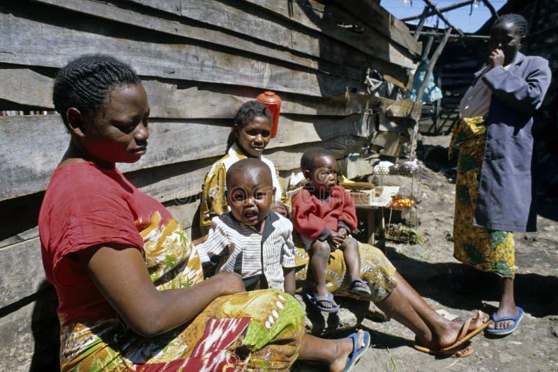 Kvinnor och barn i den kenyanska slumkvarteret, Nairobi arkivbilder