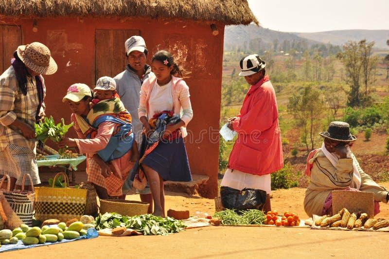 Kvinnor och barn i marknaden i Madagascar royaltyfria bilder