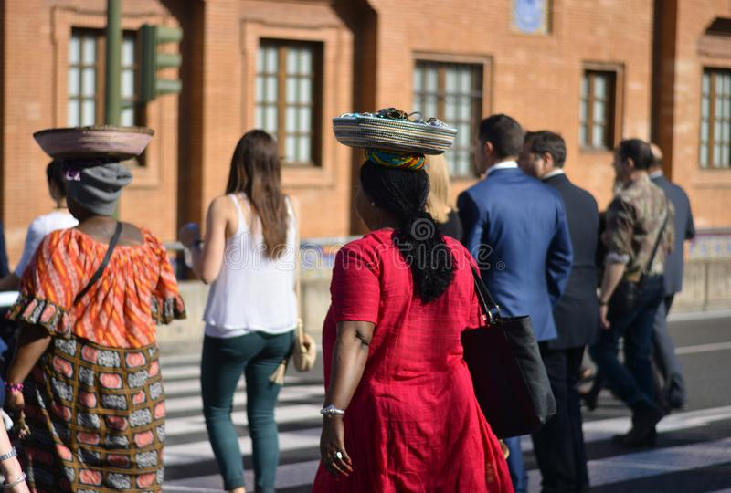 Kvinnor och män av världen korsar gatorna tillsammans royaltyfria bilder
