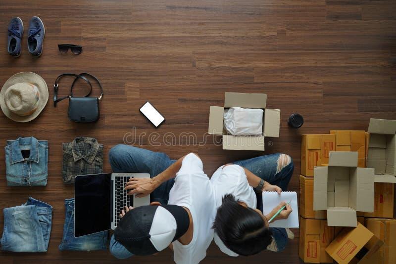 Kvinnor och män för bästa sikt som upp säljer den online-små och medelstora företagägaren för start arkivfoto