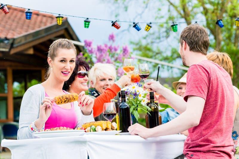 Kvinnor och män som firar det trädgårds- partiet fotografering för bildbyråer