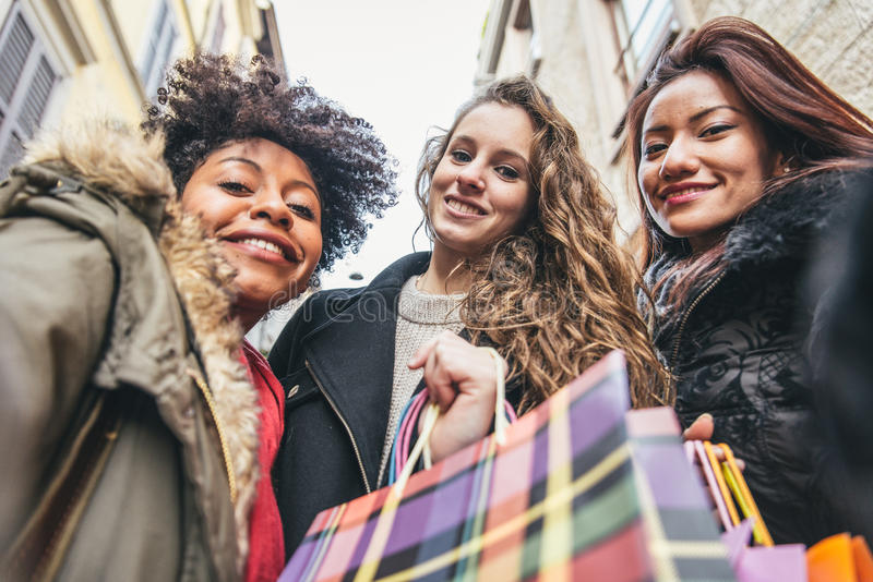 Kvinnor och shopping royaltyfria foton