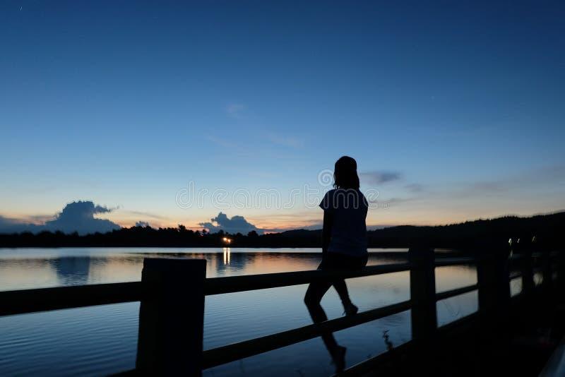 Kvinnor och solnedgång royaltyfria bilder