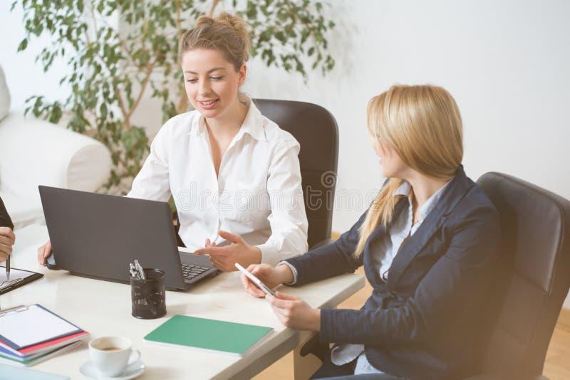 Kvinnor på affärsmöte arkivfoto
