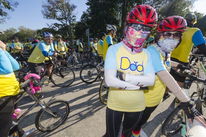Kvinnor på cykeln för farsa arkivfoto
