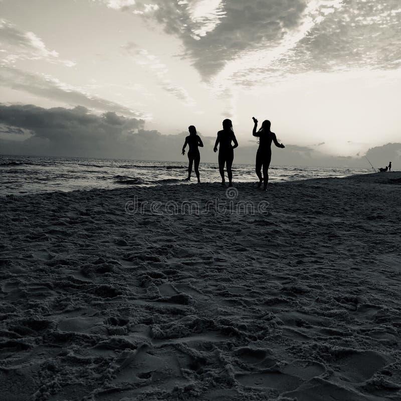 Kvinnor på den Desti stranden arkivfoton