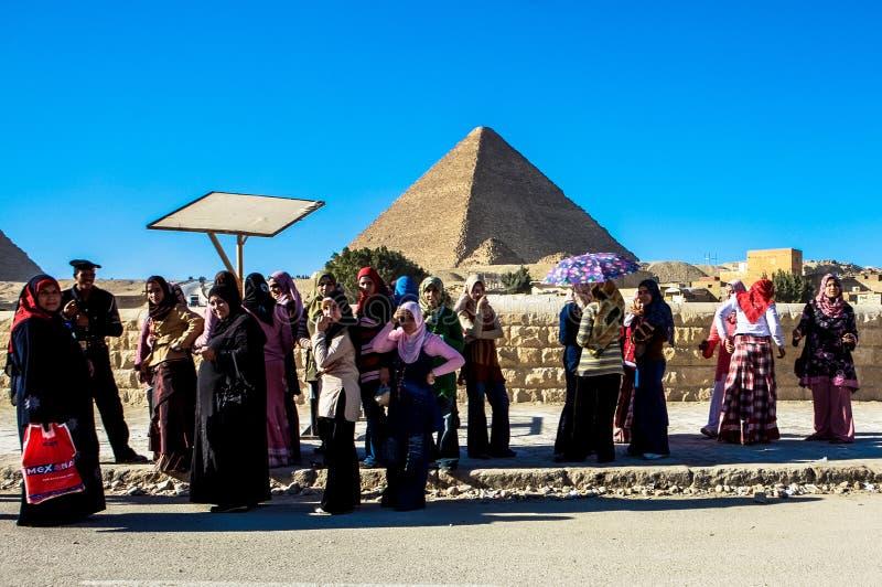 Kvinnor på den stora pyramiden av Giza, Kairo, Egypten arkivbild